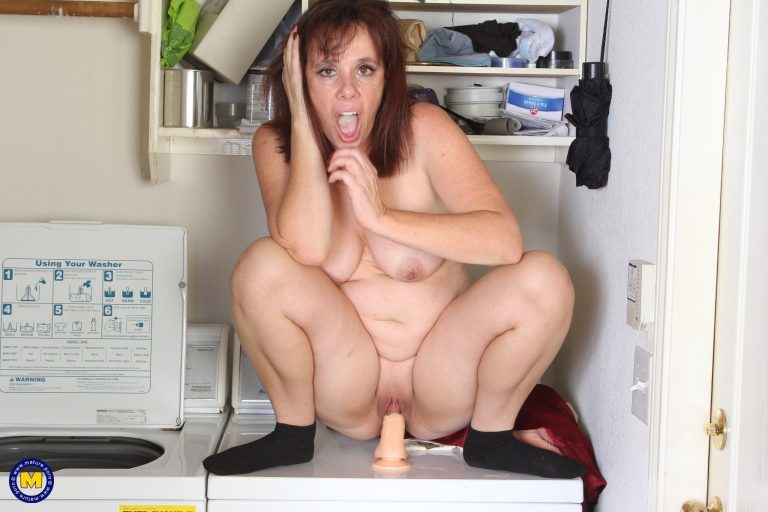 Naughty Tinder Mom plays around in the laundry room